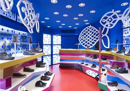 鞋店店面,得把空间布置好,那么才会使整个内部摆设的鞋子看起